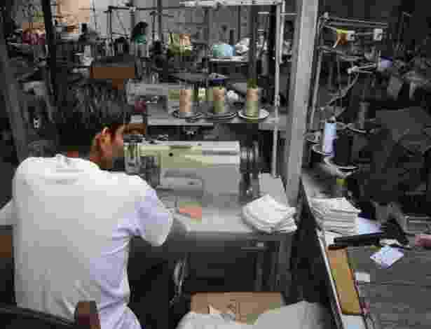 Fiscalização flagrou cinco bolivianos em condições de trabalho análogas à escravidão em uma oficina de costura que fabricava peças vendidas nas Lojas Americanas - Divulgação/MPT