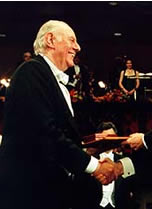 O escritor Dario Fo recebendo o Nobel de literatura