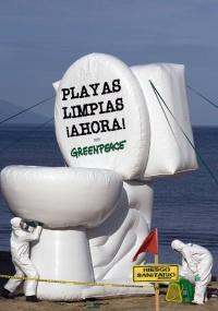 Ativistas do Greenpeace participam, no México, de protesto contra o deságüe de resíduos no mar