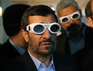 Presidente iraniano, Mahmoud Ahmadinejad, usa óculos de proteção para os olhos em exposição de ciências, em Teerã. Comunidade internacional suspeita das intenções de seu programa nuclear