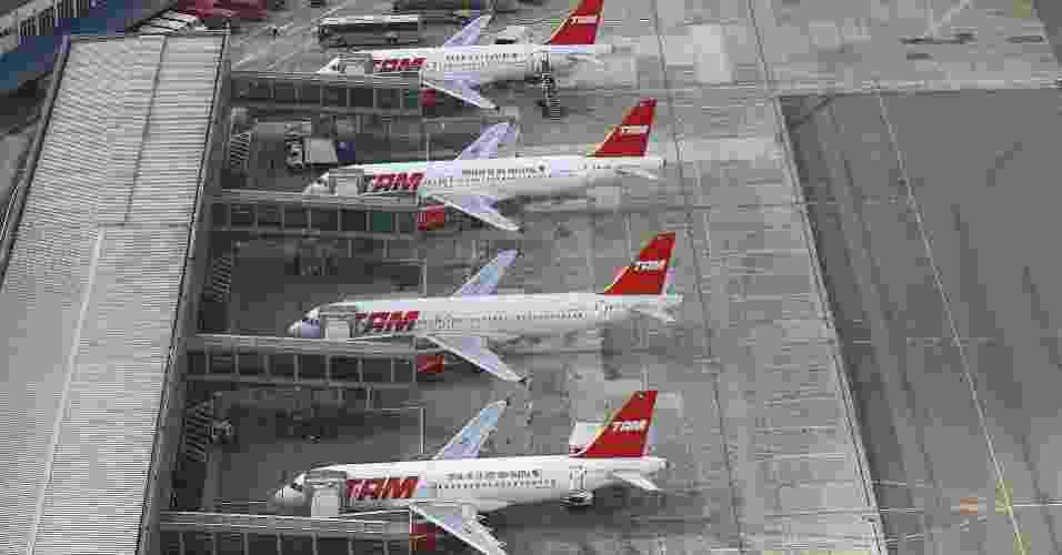 Aviões da TAM aguardam o embarque no aeroporto de Congonhas, em São Paulo - Antônio Gaudério/Folha Imagem - 11.dez.2007