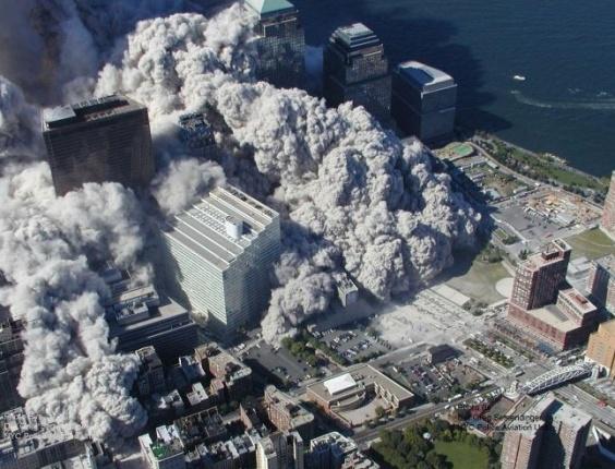 Fotos inéditas dos ataques terroristas de 11 de setembro de 2001 mostram nuvem de fumaça que tomou Nova York após dois aviões de carreira atingirem as duas torres do World Trade Center
