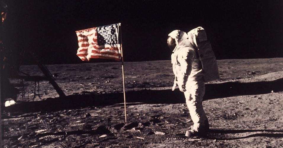 """Chegada do homem à Lua: o astronauta Edwin E. """"Buzz"""" Aldrin Jr. caminha em solo lunar. Ele e seu companheiro de tripulação, Neil Armstrong, da Apolo 11, chegaram à Lua em 20 de julho de 1969"""