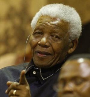 Nelson Mandela, herói da luta contra o apartheid, chega ao parlamento da África do Sul para participar da abertura da casa no dia do aniversário de 20 anos de sua libertação da prisão