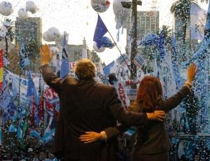 A presidente argentina Cristina Fernandez de Kirchner e seu marido, o ex-presidente Néstor Kirchner, acenam para simpatizantes durante manifestação de apoio ao governo em 2008