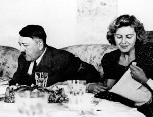 O ditador nazista alemão Adolf Hitler e sua amante Eva Braun em jantar na mansão do casal