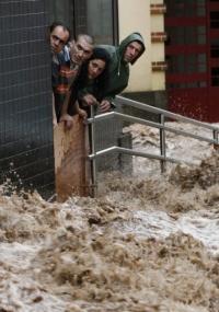 Chuva forte causa enchentes na Ilha da Madeira neste sábado (20), causando a morte de mais de 30 pessoas