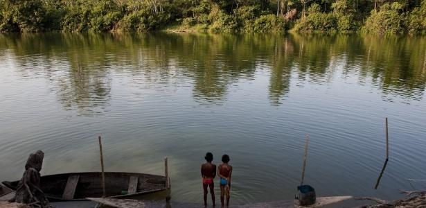 Crianças brincam nas águas de um braço do rio Xingu no povoado de Santo Antonio, local onde está previsto a construção da Casa de Força Principal da Hidrelétrica de Belo Monte