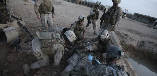 Marine norte-americano ferido em ofensiva contra o Taleban em Marjah recebe atendimento