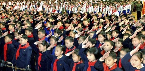 Crianças norte-coreanas em Pyongyang (Coreia do Norte) durante cerimônia em comemoração aos 68 anos do ditador Kim Jong-il
