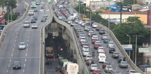 Greve continua com metade dos ônibus funcionando; trânsito fica complicado pelo excesso de carros
