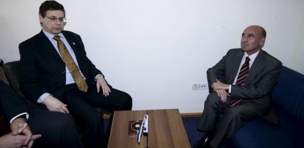 O Embaixador turco em Israel, Ahmet Oguz Celikkol (à dir.), e o vice-ministro das Relações Exteriores de Israel, Danny Ayalon, durante encontro; Ayalon foi criticado por fazer o turco se sentar em um sofá baixo, em uma aparente tentativa de humilhar o emissário diante da mídia