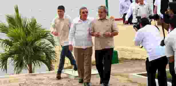 O presidente de Cuba, Raúl Castro (de óculos esculos), e Lula visitam a zona de desenvolvimento integrado de Mariel, em Havana - Lula Marques - 24.fev.2010/Folhapress - Lula Marques - 24.fev.2010/Folhapress