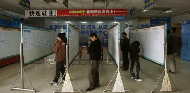 Chineses olham oferta de trabalho; retomada de produção tem criado escassez de mão-de-obra