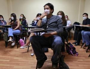 Estudantes mexicanos usam máscaras para se protegerem da gripe suína; vírus matou cerca 15 mil pessoas no mundo segundo OMS