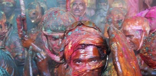 Homens pintados comemoram a tradição conhecida como o festival das cores, na Índia