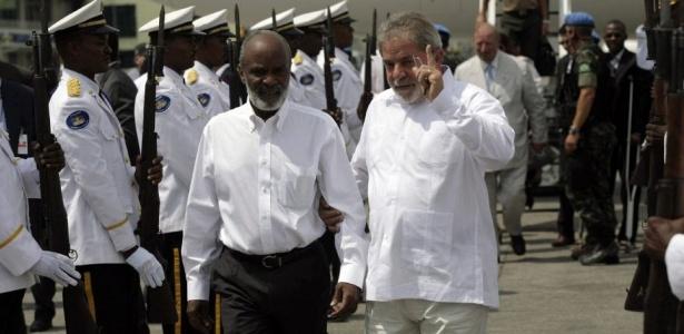 Luiz Inácio Lula da Silva caminha ao lado do presidente haitiano, René Préval, em Porto Príncipe