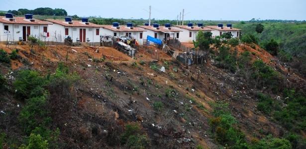 Encosta ameaça engolir ao menos 18 casas no conjunto Paulo Bandeira, em Maceió (AL)