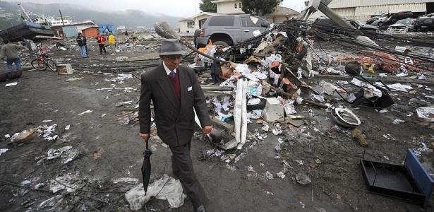 Morador caminha na cidade de Talcahuano (Chile) em meio à destruição