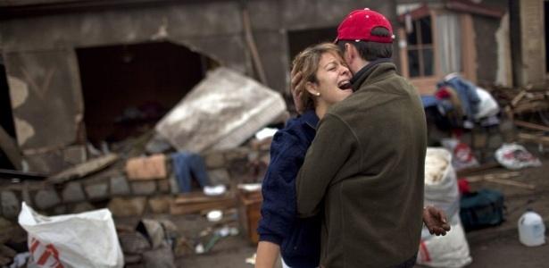 Dennise Pincochet, 24, chora diante da sua casa, que foi destruída após o tremor no Chile