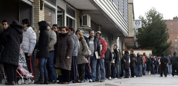 Espanhóis fazem fila em um centro do governo em busca de emprego; crise tem feito aumentar a rejeição de imigrantes por parte da população espanhola
