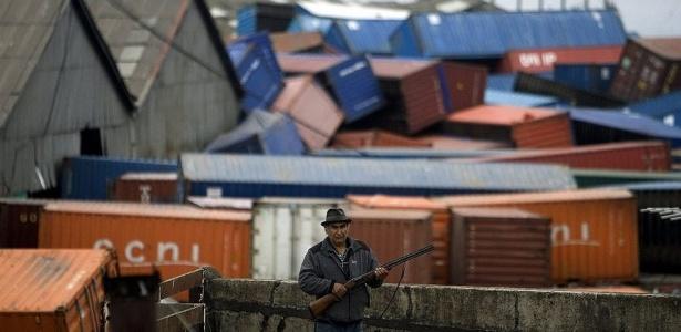 Homem protege propriedade com escopeta em Talcahuano; moradores temem saques