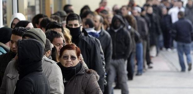 Pessoas esperam na fila para entrar em centro de emprego dos Estados Unidos