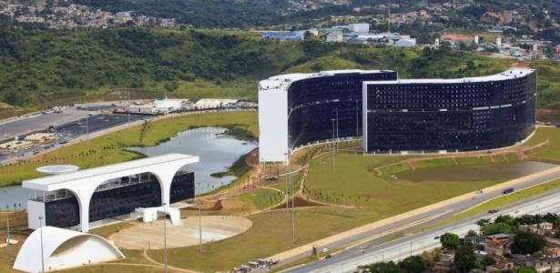 Com projeto do arquiteto Oscar Niemeyer, a Cidade Administrativa Presidente Tancredo Neves será a nova sede do governo estadual. A obra consumiu R$ 949 milhões, segundo o governo