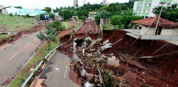Avenidas e viadutos foram danificados pela chuva que atingiu a capital do MS