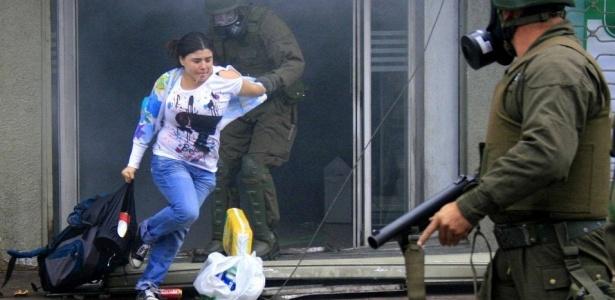 Policial prende mulher acusada de saque em um supermercado na cidade de Concepción
