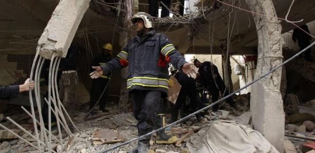 Equipes de resgate inspecionam prédio danificado após ataque de insurgentes em Bagdá; grupos contrários às eleições provomeram ataques ao longo do dia