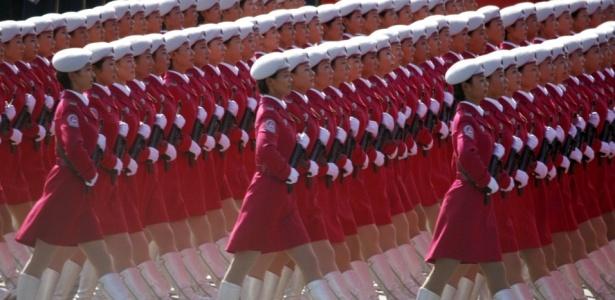 Militares chinesas marcham na comemoração dos 60 anos da revolução comunista, em Pequim