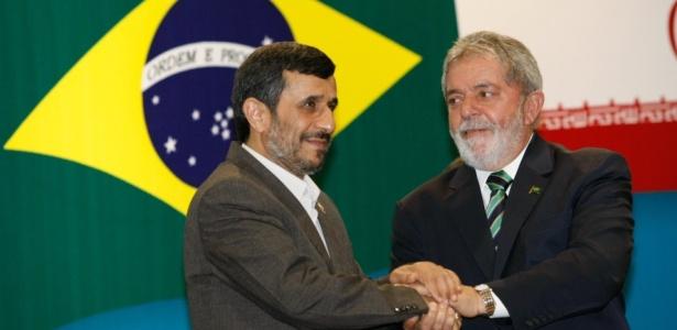 Presidente do Irã, Mahmoud Ahmadinejad, cumprimenta o presidente Lula em Brasília