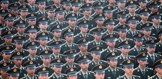 Soldados do exército de libertação da República Popular da China alinhados durante treinamento, em Xian, na China