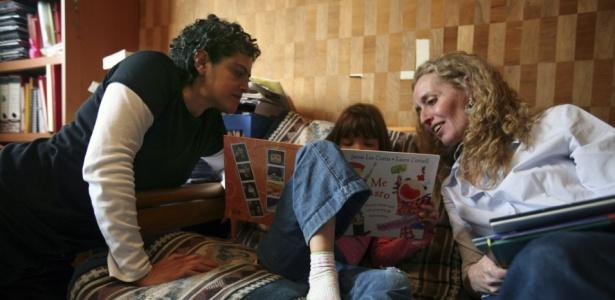 Angela Alfarache (esq.) e Ivonne Cervantes em casa com a filha, Constanza, no México