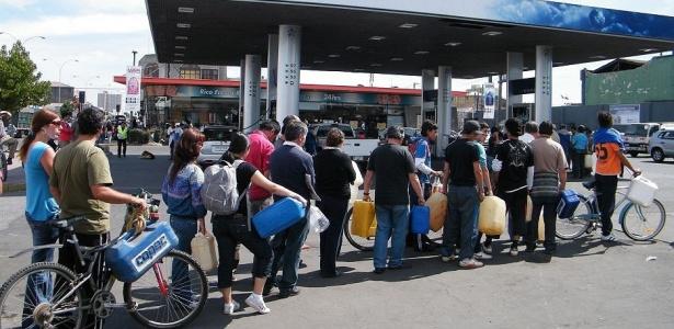 População chilena faz filas nas ruas para comprar combustível, racionado depois do tremor
