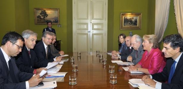 Piñera e a equipe do futuro governo (à esq.) se reúnem com a presidente Michelle Bachelet