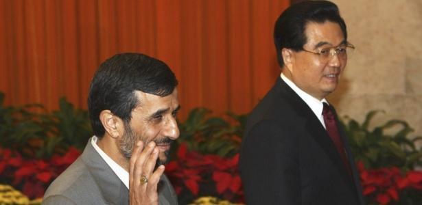 Os presidentes do Irã, Mahmoud Ahmadinejad (à esq.), e Hu Jintao (China) chegam para a cerimônia de abertura dos Jogos Paraolímpicos, em Pequim