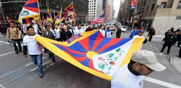 Ativistas e tibetanos que moram nos Estados Unidos fazem passeata pelas ruas de Nova York em comemoração ao 51º aniversário do levante tibetano contra o domínio chinês