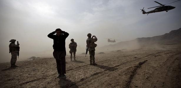 Dois helicópteros escoltam o secretário de Defesa americano Robert Gates após visita no campo onde o exército afegão recebe treinamentos, em Cabul