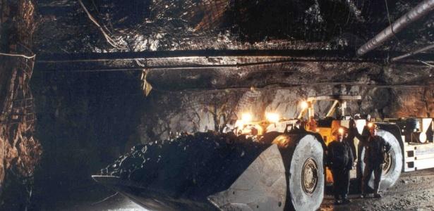 Minério é retirado de mina da Inco, no Canadá; relação entre brasileiros e canadense não é boa