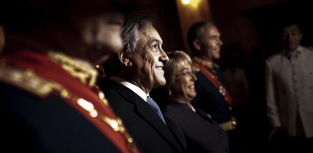 A presidente do Chile, Michelle Bachelet, ao lado do futuro presidente, Sebastian Piñera, durante cerimônia em Santiago, capital chilena, um dia antes da posse do novo presidente do país