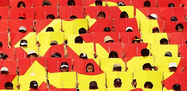Crianças formam um grande sinal comunista durante o ensaio para uma parada de Da Nang