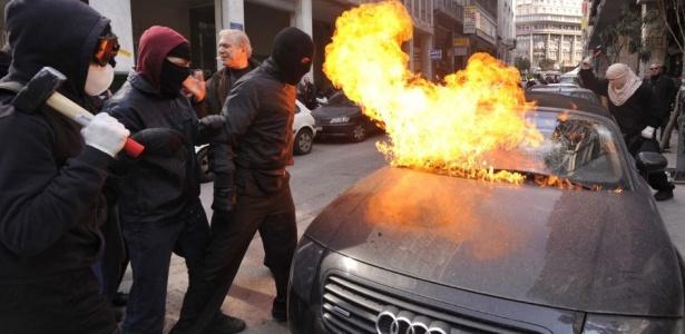 Manifestantes incendeiam carro em Atenas durante manifestação contra o plano de austeridade do governo grego