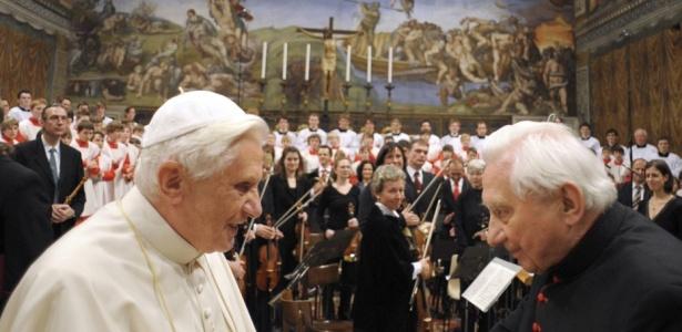 O papa Bento 16 (à esq.) celebra o aniversário de 85 anos de seu irmão Georg Ratzinger, no Vaticano