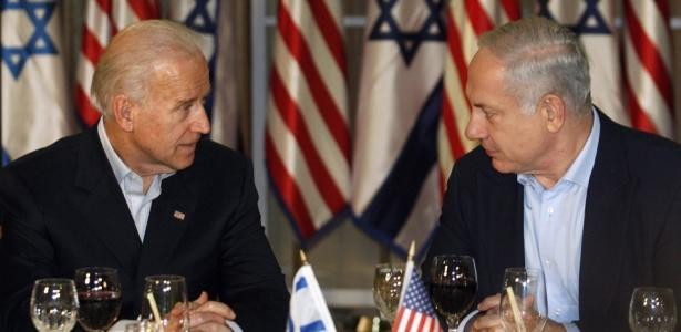 O vice-presidente dos Estados Unidos, Joseph Biden (esquerda), e o primeiro-ministro israelense, Benjamin Netanyahu, conversam antes de um jantar na casa de Netanyahu, em Jerusalém