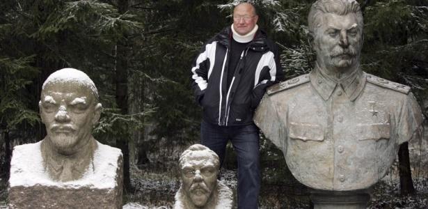 Visitante descansa ao lado de estátuas de Lênin, Stálin e outros líderes soviéticos. As estátuas fazem parte de um parque temático que se tornou uma das principais atrações turísticas da Lituânia, antigo país da ex-URSS. O parque, conhecido popularmente como Stalin's World (Mundo de Stálin), recebe centenas de milhares de visitantes, que caminham ao longo de passarelas iguais às dos campos de trabalho forçado da Sibéria
