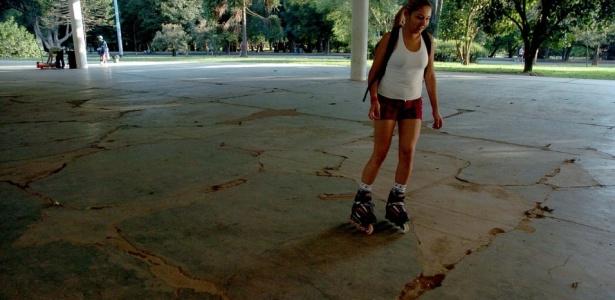 O péssimo estado do chão coloca em perigo quem pratica esportes no local; veja outras fotos