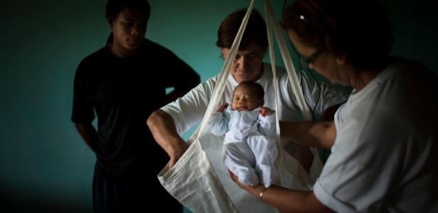 Bebê é pesado em Engenheiro Marsilac, bairro com alto índice de mortalidade infantil em São Paulo