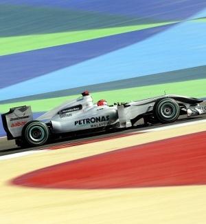 O piloto da Mercedes Michael Schumacher corre na terceira sessão de treinos livres do GP do Bahrein de Fórmula 1